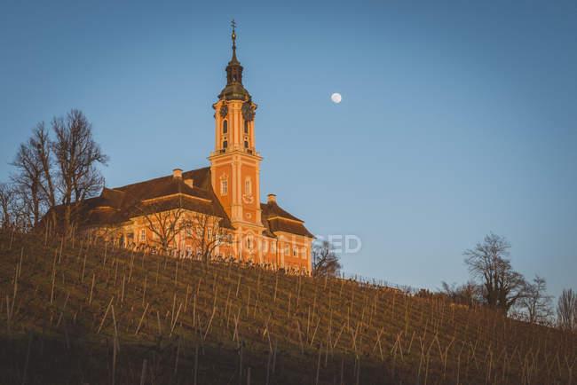 Iglesia de peregrinación a la luz del sol - foto de stock