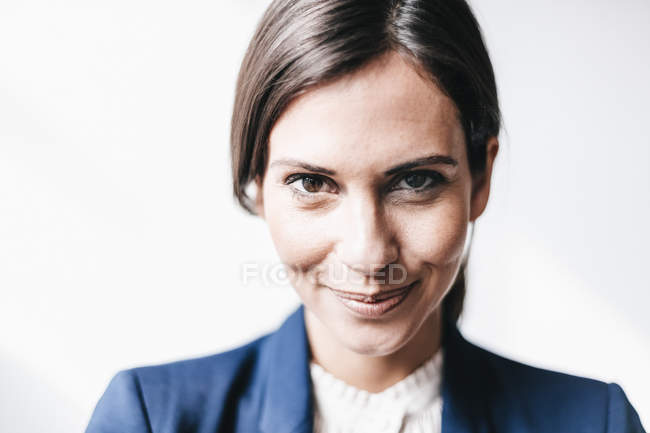 Confident businesswoman looking at camera — Stock Photo