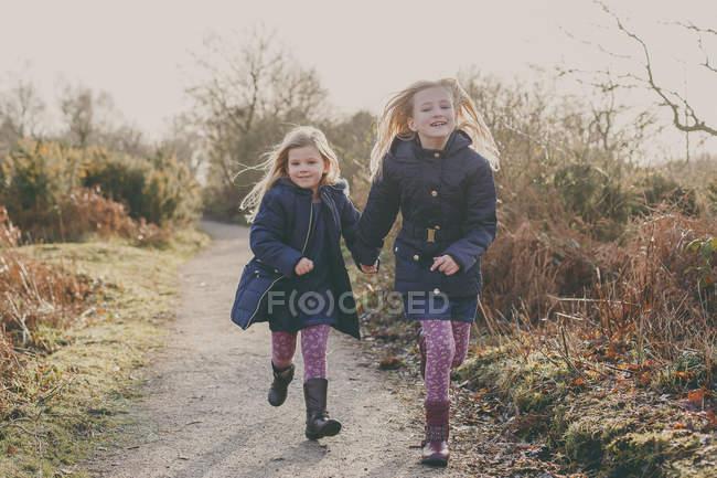 Дві сестри, що працюють на сільських шлях — стокове фото
