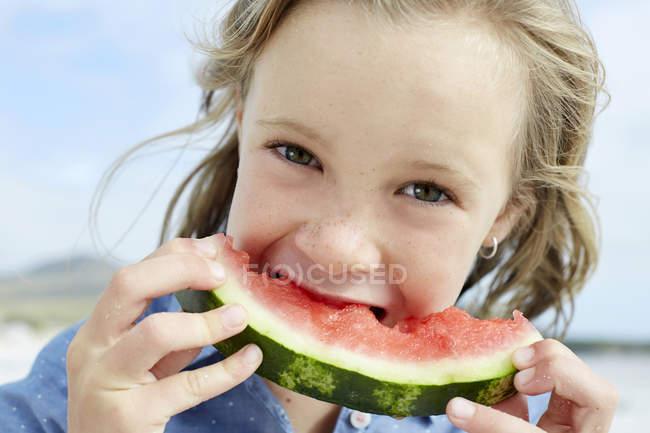 Девушка ест арбуз — стоковое фото