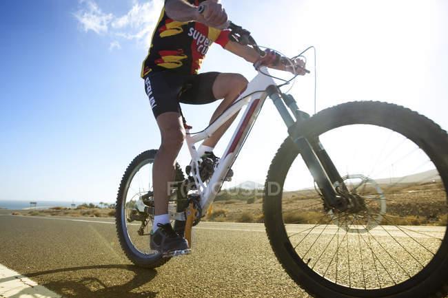 Старший человек на горном велосипеде — стоковое фото