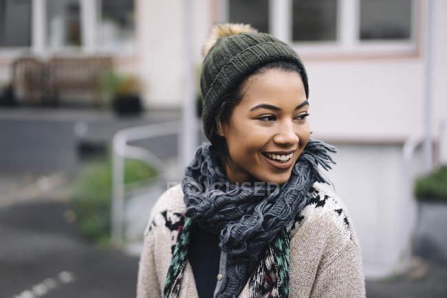 Femme portant un chapeau en laine à l'extérieur — Photo de stock