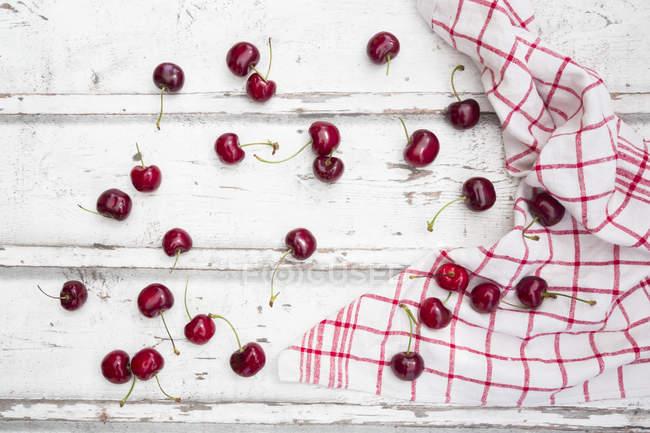 Вишні і кухонне рушник — стокове фото