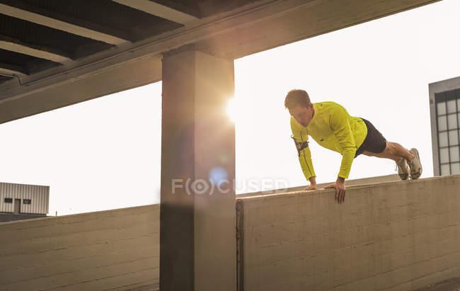 Спортсмен, осуществляющих отжиманий на парковки уровень — стоковое фото