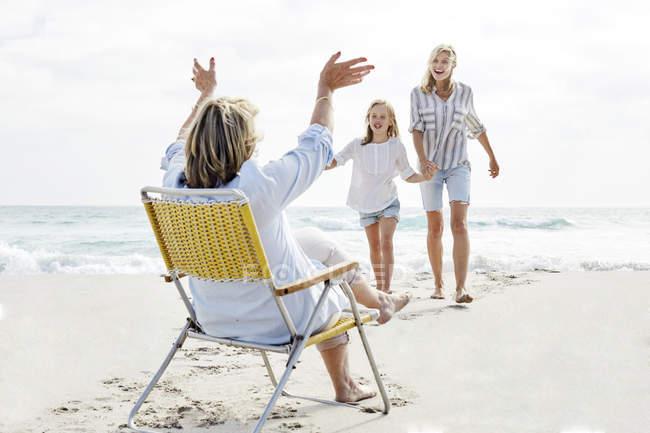 Madre hija y abuela en la playa - foto de stock