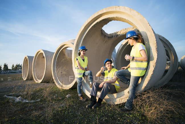 Lavoratori che si siede su componenti di calcestruzzo — Foto stock