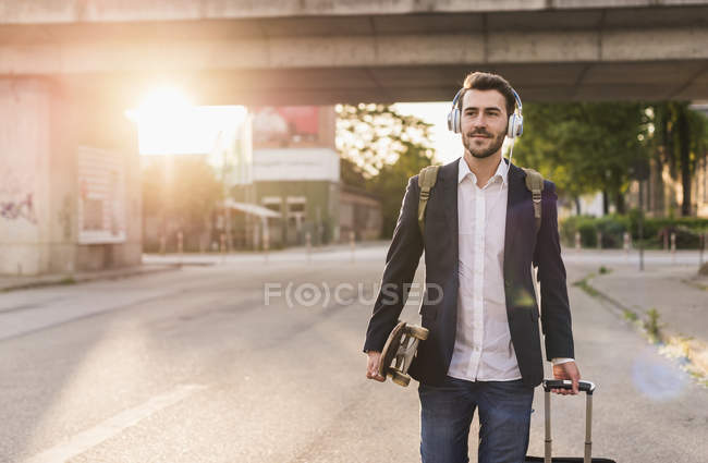 Man rolling suitcase — Stock Photo