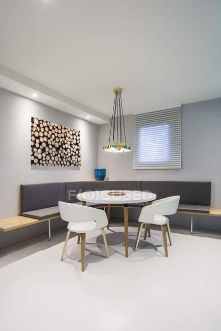 Современный офисный интерьер со столом и стульями — стоковое фото