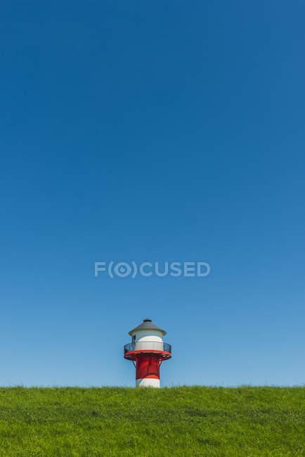 Leuchtturm am Elbe-Deich, Niedersachsen — Stockfoto