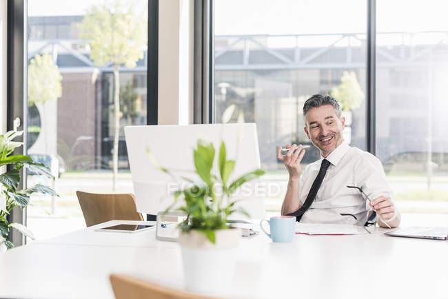 Бізнесмен по телефону в офісі. — стокове фото