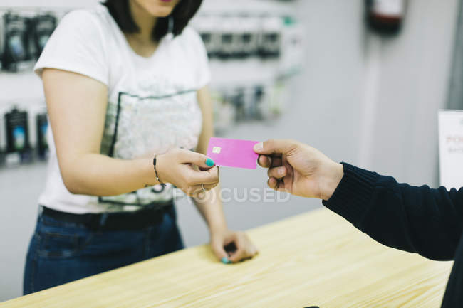Customer paying with credit card — Stock Photo