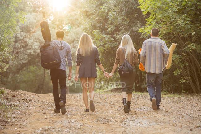 Друзі, прогулянки в ліс — стокове фото