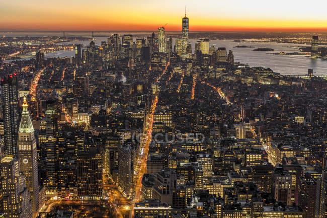 Paisaje urbano de Nueva York al atardecer - foto de stock