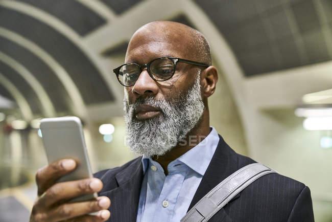 Ritratto di uomo maturo con smartphone — Foto stock
