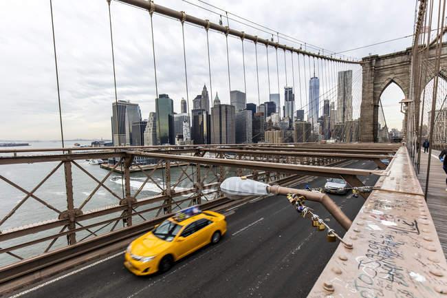 Stati Uniti, New York, traffico sul ponte di Brooklyn — Foto stock