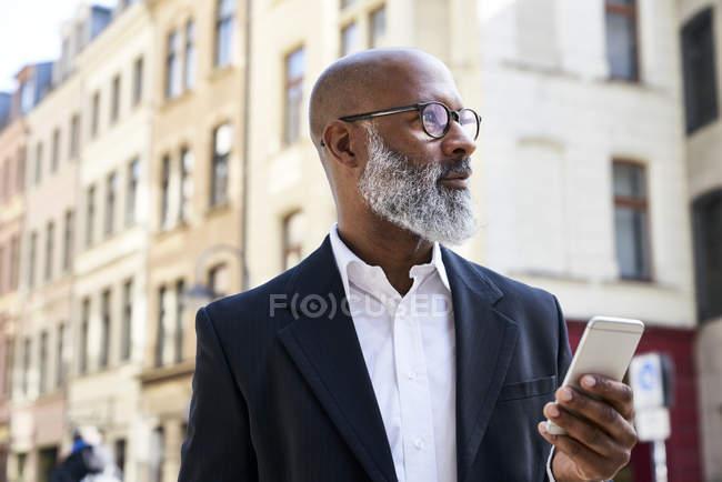 Homme d'affaires utilisant un smartphone — Photo de stock