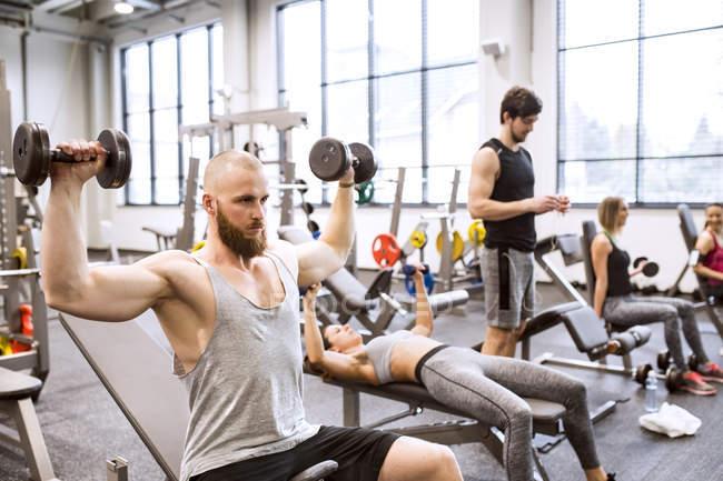 Gente haciendo ejercicio en el gimnasio - foto de stock