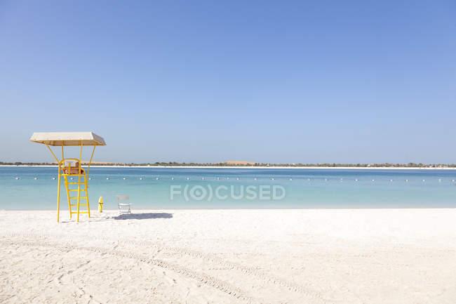 Emiratos Árabes Unidos, Abu Dhabi, Corniche, torre de salvavidas - foto de stock