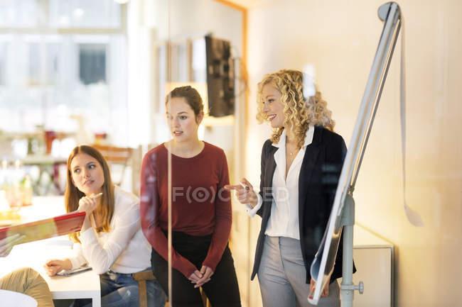 Деловые люди, посещающие семинар в офисе — стоковое фото