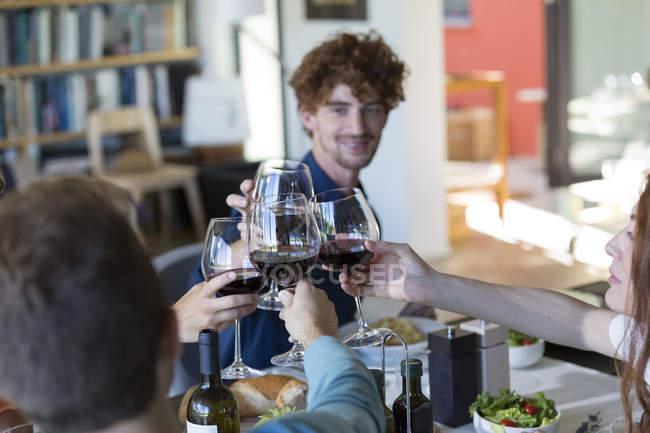 Друзями тостів з червоним вином — стокове фото