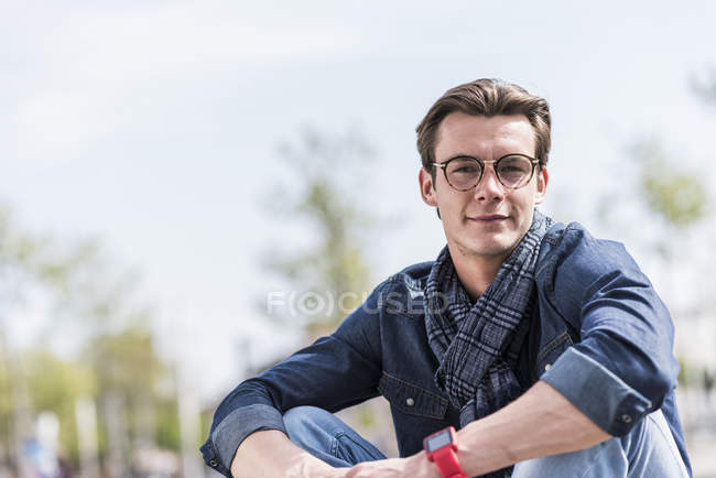 Man sitting outdoors and looking at camera — Stock Photo