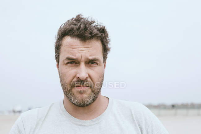 Portrait d'homme barbu sur la plage — Photo de stock