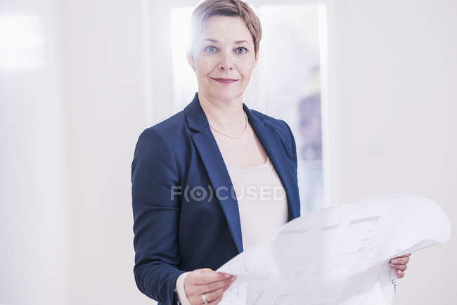 Real estate agent holding plan — Stock Photo