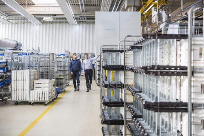 Hommes marchant et parlant dans l'usine — Photo de stock