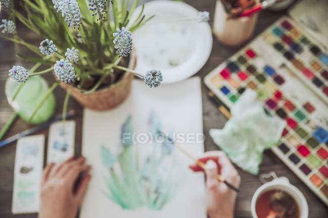 Topfpflanze und Malerin — Stockfoto