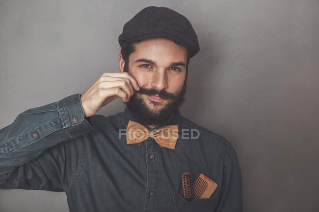 Bearded man wearing cap — Stock Photo