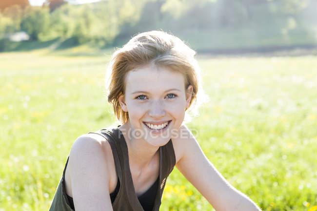 Femme assise dans la nature — Photo de stock