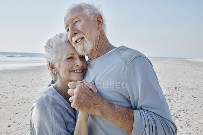 Couple sénior dansant sur la plage — Photo de stock