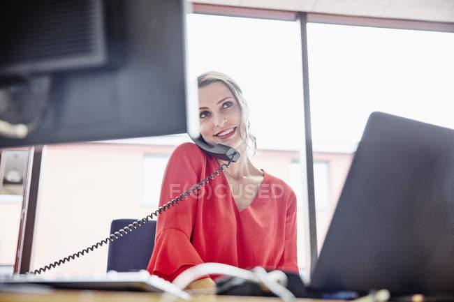 Женщина на телефоне в офисе — стоковое фото