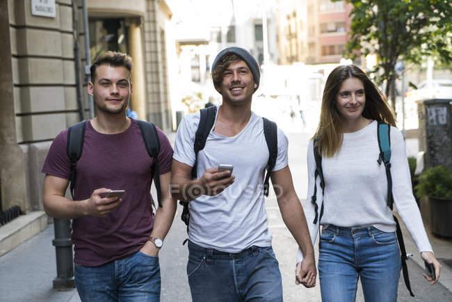 Amigos, andando na cidade — Fotografia de Stock