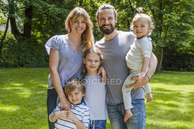 Família feliz de pé ao ar livre — Fotografia de Stock