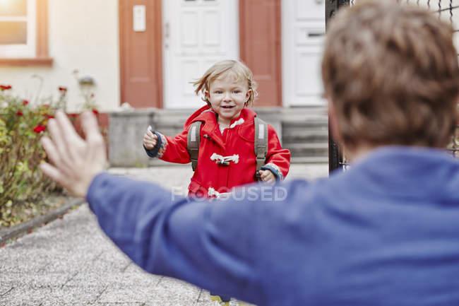 Дочка наближається до Отця на вході в будинок — стокове фото
