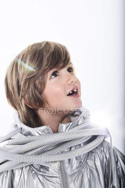 Удивительный мальчик в маскарадном платье — стоковое фото