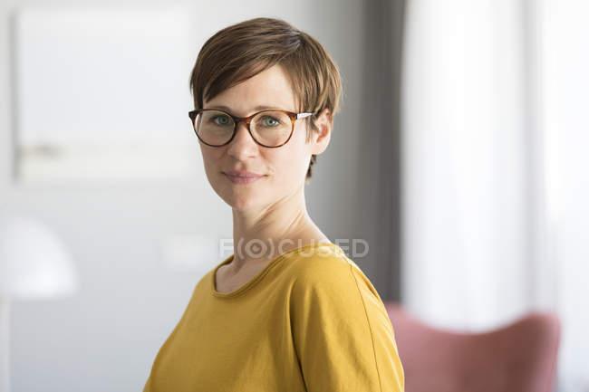 Женщина в очках — стоковое фото
