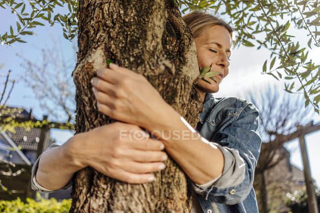 Frau umarmt Baum — Stockfoto