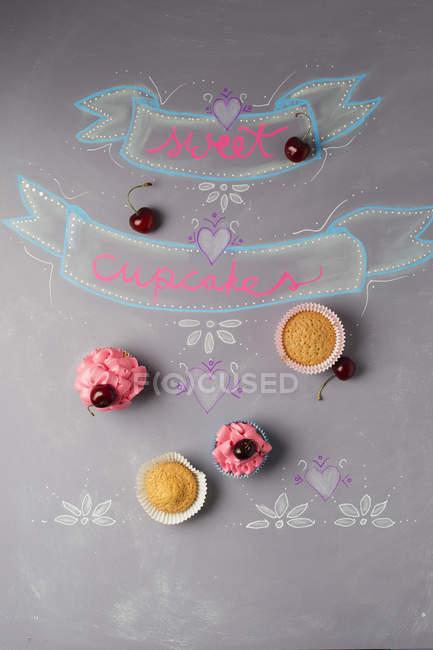 Cupcakes com cobertura de cereja — Fotografia de Stock