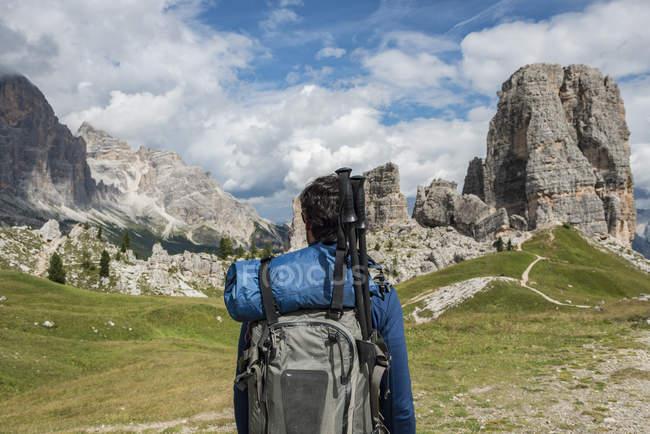 Homem trekking nas montanhas — Fotografia de Stock