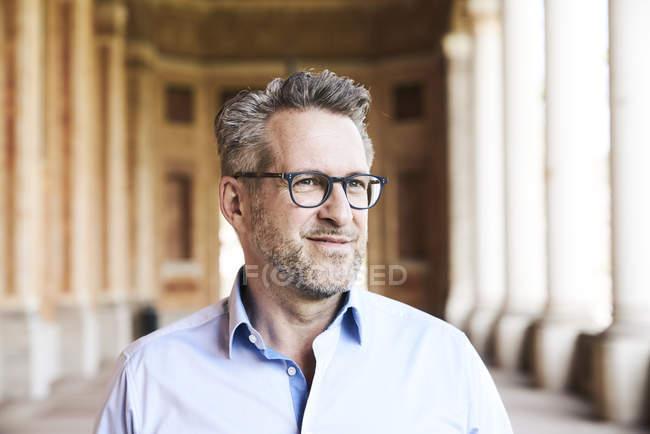 Geschäftsmann mit Stoppelbart und Brille — Stockfoto
