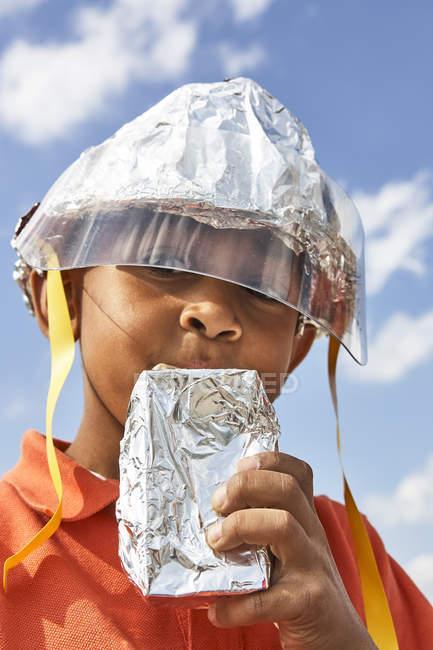 Портрет хлопчик з себе зробив шолом — стокове фото