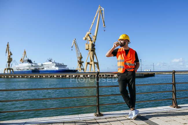 Працівник порту, маючи перерва на каву — стокове фото