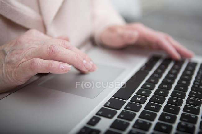 Senior woman using laptop — Stock Photo