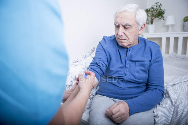 Nurse giving patient injection — Stock Photo