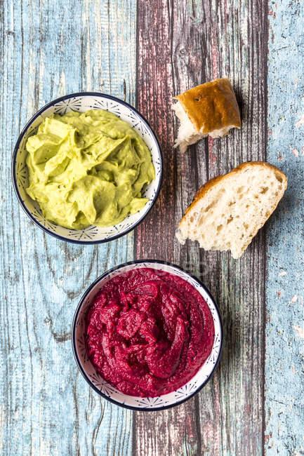 Rote Bete und Avocado Hummus — Stockfoto