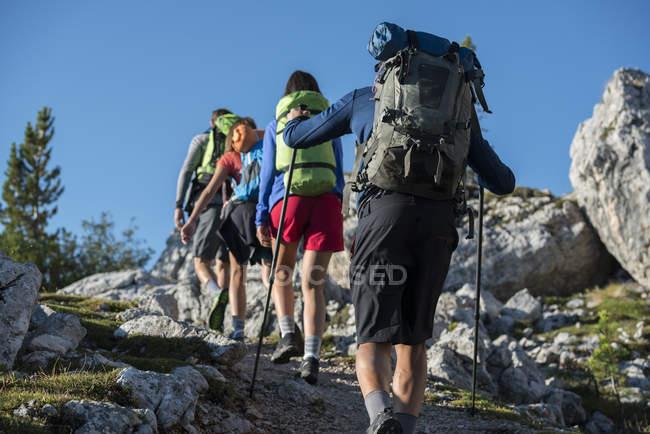 Amis trekking en montagne — Photo de stock