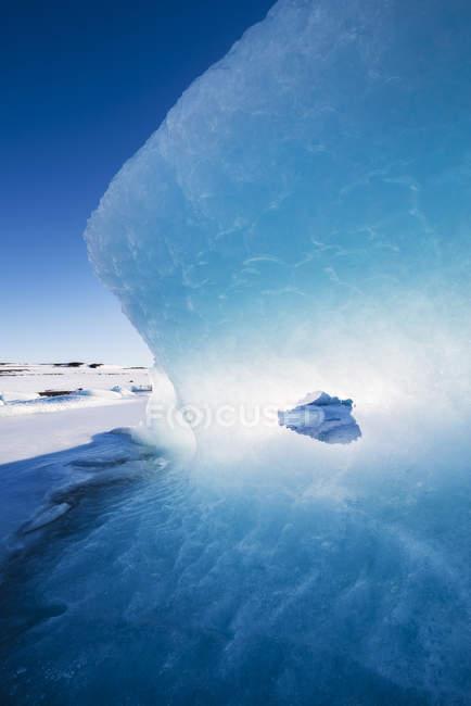 Luce e blu in un ghiacciaio — Foto stock