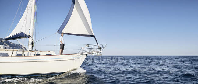 Hombre maduro en velero - foto de stock